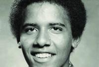 انفصل والديه وهو بعمر العامين ليعود الأب إلى كينيا ويصبح اقتصاديًا بارزًا وتنقطع صلة أوباما به ولا يراه إلا مرة واحدة بعدها قبل أن يتوفى الأب في حادث سيارة وعمر أوباما 22 عامًا
