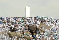 عرفة  يقف الحُجّاج على جبل عرفة حيث يعد الوقوف بعرفة أهم أركان الحج، ويقع جبل عرفة شرق مكةعلى الطريق الرابط بينها وبين الطائف بحوالي 22 كم