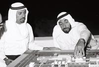 اهتم الشيخ زايد ببناء دولة قوية مواكبة للتطورات الحديثة وقائمة على المشروعات التنموية الضخمة مستغلًا عائدات النفط، كما اهتم بالتعليم فتم إنشاء المدارس بمراحلها المختلفة