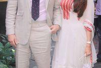 صورة تجمعه بالممثلة الهندية كاريشما كابور شقيقة زوجته كارينا كابور