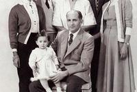 صورة للملك محمد الخامس مع أبنائه في أثناء نفيه