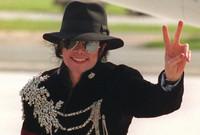 ولم يسلم مايكل جاكسون من الشائعات والاتهامات حتى عقب وفاته حيث أنه تم اتهامه مجددًا بالتعدي على الأطفال من خلال فيلمين تسجيلين مع شابين اتهموا جاكسون باغتصابهم أثناء طفولتهم وهم ويد روبنسون وجيمس سيفشاك