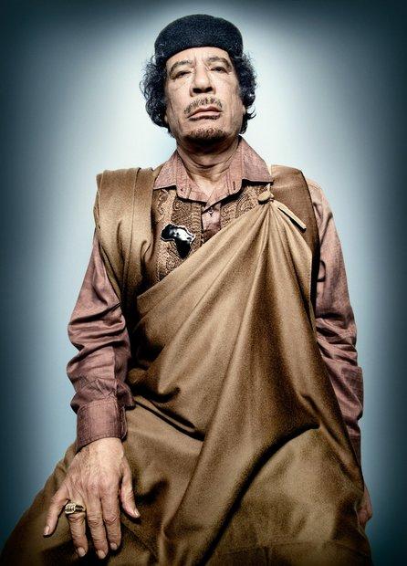 منذ أن جلس معمر القذافي على كرسي الحكم في ليبيا فقد اعتاد الظهور في القمم والمحافل الدولية بملابس مميزة وغريبة