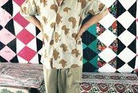 صورة له بقميص مطبوع عليه خريطة أفريقيا على القميص بأكمله