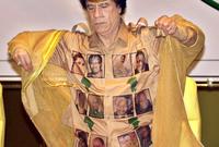 من أغرب أزيائه التي اشتهر بها هي ارتداءه لأزياء بها صور زعماء مشهورين سواء داخل قارة أفريقيا أو خارجها