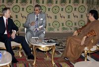 توني بلير رئيس الوزراء البريطاني الأسبق خلال لقاء رسمي مع القذافي في إحدى الخيم