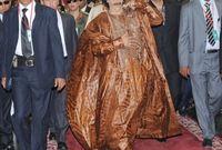 القذافي مرتديًا رداءه الشهير خلال استقباله في أخر قمة عربية حضرها قبل عزله من منصبه