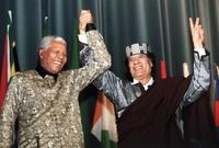 القذافي مع الزعيم الأفريقي الشهير نيلسون مانديلا في إحدى المناسبات