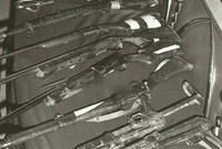 صور من الأسلحة التي تم العثور عليها مع جهيمان العتيبي ورجاله بعد القبض عليهم
