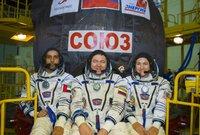 صورة طاقم الفضاء وهم مرتدين بزات رواد الفضاء في أحد تدريباتهما على الرحلة