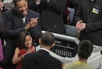 """ومن المعروف عنه أنه يميل من الناحية السياسية إلى اللبراليين وقد تبرع للحملة الانتخابية لباراك أوباما، وصرح """"أوباما"""" أنه في حال عمل فيلم عن حياته فإنه يفضل أن يؤدي سميث الدور الذي يمثل شخصيته"""