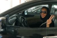 لأول مرة في تاريخ المملكة استطاعت المرأة السعودية أن تقوم بقيادة السيارة، انقلبت مواقع التواصل الاجتماعي بين مؤيد ومعارض، لكن في النهاية تم تطبيق القرار وحصلت أحلام آل ثنيان على أول رخصة قيادة لامرأة سعودية