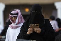 ومن ضمن الحريات التي منحتها السعودية للمرأة مؤخرًا هو السماح لها باستخدام الهاتف المحمول في الجامعات