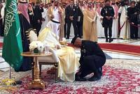 ظهر اللواء الفغم قبل لقاء الملك سلمان بالرئيس الأمريكي ترامب وهو يساعد الملك في ارتداء حذائه، وقد نال هذا الموقف استحسان رواد موقع تويتر لمعاملة الفغم لخادم الحرمين كوالده
