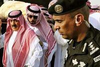 """وأطلق مغردون على تويتر وسماً بعنوان """"شكرا_العقيد_عبدالعزيز_الفغم# """" الحارس الشخصي للملك عبدالله بن عبدالعزيز-رحمه الله- بعد أن أظهرت كاميرات التصوير صوراً له وهو وحيداً في الجنازة"""