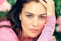 اكتشفها المخرج الأمريكي الإيطالي فرانسيس دي كوبولا حيث رأى جمالها يصلح للمشاركة في السينما فأسند إليها دورًا عام 1992 في فيلم Bram Stoker's Dracula لتنطلق بعدها في رحلتها الفنية