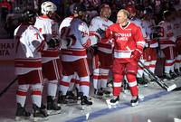 ولأن الجليد هو أكثر ما تشتهر به روسيا في الشتاء فستجد الرئيس بوتين يشارك في فعاليات مباريات الهوكي من حين لآخر
