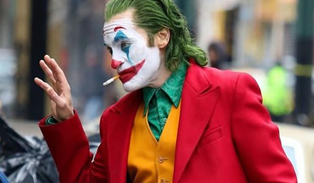 خواكين فينيكس ممثل أمريكي شهير ظهر بقوة على الساحة العالمية بعد فيلم الأخير الجوكر الذي شهد إقبال شديد في العالم كله