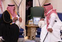 الأمير مقرن بن عبدالعزيز آل سعود يقدم واجب العزاء لابن أخيه الأمير بندر