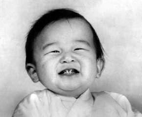 """ناروهيتو ولد في 23 فبراير 1960، بمستشفى القصر الإمبراطوري في قصر طوكيو باليابان، وهو الابن الأكبر للإمبراطور السابق """"أكيهيتو"""" والإمبراطورة الأم """"ميتشيكو"""""""