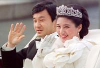 """التقي """"ناروهيتو"""" بزوجته """"ماساكو"""" في حفل لشرب الشاي لإحدي أميرات إسبانيا عام 1986 في طوكيو، وهي خريجة جامعة هارفرد وأكسفورد وكانت تعمل دبلوماسية في اليابان"""