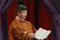 """أقيمت مراسم تنصيب """"ناروهيتو"""" في القصر الإمبراطوري في طوكيو بتكلفة 290 مليون دولار، ارتدي الإمبراطور خلال حفل التنصيب الملابس التقليدية الرسمية خاصة بالطقوس اليابانية"""