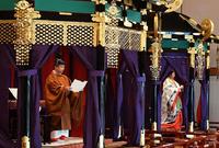 اعتلاءة العرش مع زوجته ليعلن عن نفسه إمبراطور لليابان أمام رئيس الوزراء الياباني، ويعتبر هذا اليوم حدث تاريخي في اليابان لأنه يحدث مرة واحدة كل جيل
