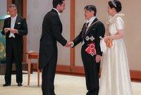وولي عهد الأردن الحسين بن عبد الله الثاني مع الإمبراطور الياباني خلال حفل مراسم التنصيب