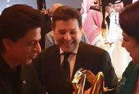 وظهر شاروخان في السعودية في احتفالات موسم الرياض واستطاع أن يلفت الأنظار إليه بعدما قام بمساعدة الفنانة المصرية رجاء الجداوي ومسك يدها أثناء تسلمها الجائزة