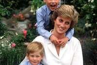 كان الأمير ويليام وقتها يبلغ من العمر 15عامًا، بينما كان يبلغ الأمير هاري 12 عامًا