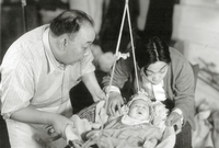 """من عجائب الأقدار، أن أول فيلمٍ شارك فيه كان عمره 3 أشهر، ولعب دور طفل أمريكي في فيلم """"Golden Gate Girl"""" عام 1941، ولأنه كان يبدو مألوفًا أمام الكاميرا، ظهر """"لي"""" في 20 فيلمًا تقريبًا كممثلٍ طفل"""