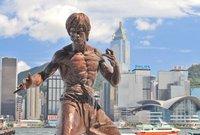 """رحيل """"بروس لي"""" ترك أثرًا كبيرًا في أبناء جيله، وشيدت له تماثيل في """"هونج كونج"""" وفي """"البوسنة والهرسك"""" وغيرها من دول العالم، وقد تأثر من بعده بأساليبه وأفكاره وروحه، مثل فان دام وستيفن سيغال وجاكي شان."""
