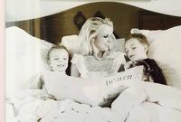 واصلت بريتني حياتها الناجحة سواء المهنية أو الشخصية وأنجبت من زوجها طفلين الأول كان عام 2005 والثاني عام 2006 لكن عادة بريتني لنقطة الصفر بعد إعلان انفصالها بشكل مفاجئ عن زوجها كيفن فيديرلين