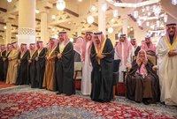 خادم الحرمين الشريفين أثناء صلاة الجنازة على الأمير متعب