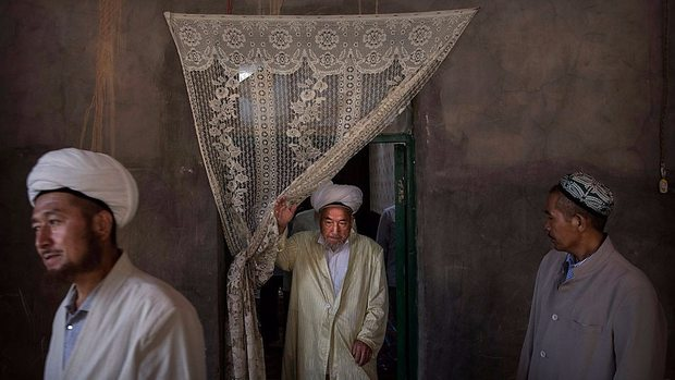 """الأويغور أو الإيغور هم قبائل مسلمة أصولها يرجع إلى الشعوب التركية """"تركستان"""" وهم يدينون بالديانة الإسلامية"""