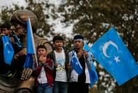 في المقابل تدفع الصين بالألوف من مواطنيها للإقامة في إقليم تركستان الشرقية في حملة ممنهجة لتغليب العرق الصيني هناك على عرق مسلمي الإيغور