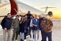 رافق عمرو دياب في رحلته إلي الرياض مجموعة من المشاهير أبرزهم الفنانة دينا الشربيني ومحمد هنيدي والملحن أمير طعيمة ومجموعة من الفنانين المصريين.