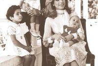 صورة للملكة علياء بصحبة زوجها الملك الحسين وأطفالها قبل وفاتها بشهور قليلة