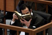 طلب صدام بعدها أن يتوضأ وأن يغتسل ويصلي صلاة الفجر ثم جلس بعدها على طرف سريره المعدني يقرأ القرآن الكريم من المصحف الذي أهدته إياه زوجته