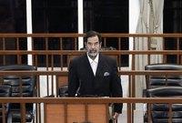 وصل بعدها اثنان من المشرحة مع تابوت خشبي خاص لوضع جثمان صدام بداخله بعد إعدامه، وتم وضع التابوت الخشبي إلى جانب منصة الإعدام