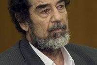 أدخل صدام بعدها لقاعة الإعدام ووقف أمامه قضاة ورجال دين وممثلين عن الحكومة وطبيب استعدادًا لتنفيذ حكم الإعدام
