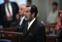 قرأ مسئول رسمي حكومي حكم الإعدام على صدام حسين لكن فوجئ الجنود الأمريكيون بثبات صدام وعدم اكتراثه بما يُملى عليه بينما كان جلادوه يرتعشون ويرتعدون خوفًا وكانوا يرتدون أقنعة على وجوههم وكانوا يتجنبون النظر إلى صدام