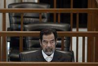 """قبل تنفيذ حكم الإعدام بلحظات ابتسم صدام حسين وقرأ الشهادة """"لا إله إلا الله محمد رسول الله"""" وظن الجنود الأمريكيون أنها رسالة سرية قبل أن يتم إخبارهم أنها شهادة المسلمين التي ينطقونها عند الموت"""