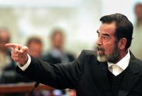 رفض صدام بشدة أن يرتدي كيسًا أسودًا لتغطية وجهه وأصر أن يعدم ووجهه مكشوف حيث أراد أن ينظر العالم لوجهه وأن ينظر إلى وجوه جلاديه في تأكيد منه على عدم خوفه وثباته الذي أذهل كل من في قاعة الإعدام