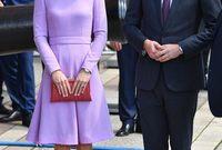 أما لماذا كانت الأميرة ديانا أميرة؟ فهذا الامر يعود إلى زوجها تشارلز. فهو قد اكتسب لقب الأمير مرتين، كونه وُلد أميرًا ومن ثم أصبح أميرًا (أمير ويلز) في عام 1969. هذا اللقب الثاني كان الأكثر أهمية من بين الاثنين، لذلك أخذت ديانا لقب الأميرة