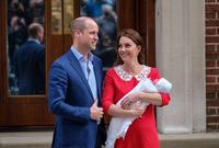 صور الأمير ويليام برفقة الأميرة كيت بعد ولادة ابنهما الثالث