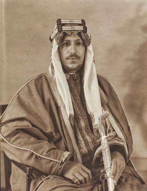ولد الملك سعود بن عبد العزيز آل سعود في 15 من يناير عام 1902 بالكويت وهو الابن الثاني للملك عبد العزيز آل سعود الملك المؤسس للمملكة