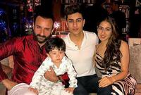 سيف علي خان مع أبناءه