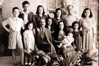 ولد دريد محمد اللحام في 9 فبراير عام 1934 لأب سوري وأم لبنانية وتخرج من جامعة دمشق عام 1958 حيث درس الكيمياء بها وعمل بعدها محاضرًا في الجامعة لفترة من الوقت