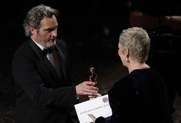 """فاز فينيكس بجائزة أوسكار لأفضل ممثل، عن دوره الاستثنائي في فيلم """"الجوكر""""، وهي الجائزة الثانية لهذه الشخصية خلال 11 عاما"""